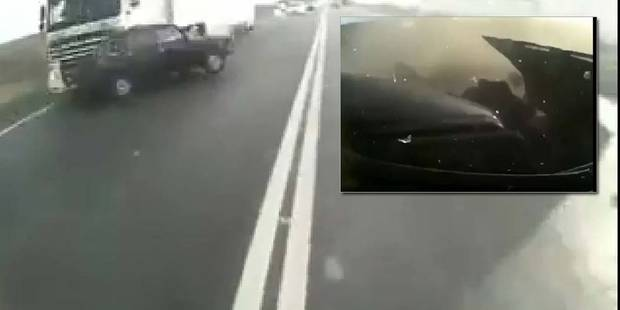 Terrible collision frontale avec un camion : il s'en sort indemne ! 1