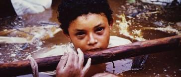 La petite Omayra Sánchez meurt dans la boue et l'eau insalubre