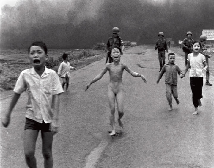 Kim Phuc fuyant le napalm