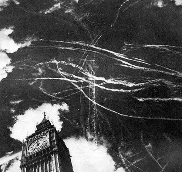 Le ciel de Londres après un bombardement