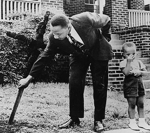 Martin Luther King, Jr supprime une croix brûlée de la cour sa maison en 1960.