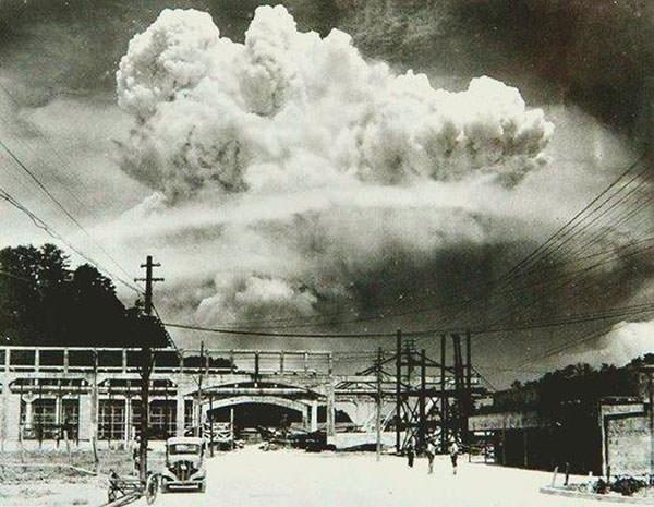 Nagasaki, 20 minutes après le bombardement atomique (1945)