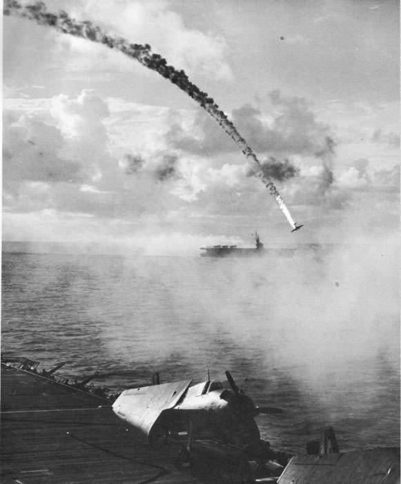 Un avion japonais abattu pendant la bataille de Saipan en 1944.