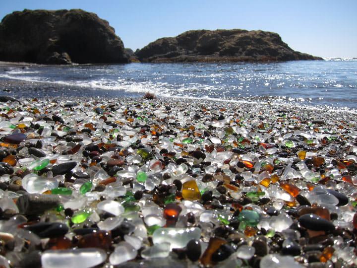La plage de verre en Californie (Etats-Unis)