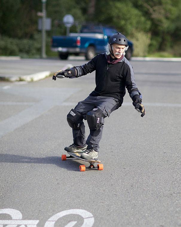 Lloyd Kahn, 78 ans, a décidé qu'il devait se mettre au skateboard à l'âge de 65 ans
