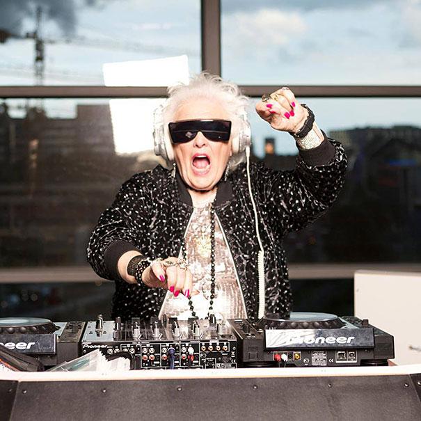 A 68 ans, Ruth Flowers a décidé de devenir DJ dans un Club. Elle a aujourd'hui 72 ans
