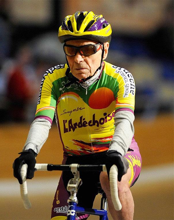 Le sport maintient la forme, c'est ce que pense le cycliste Robert Marchand, 102 ans