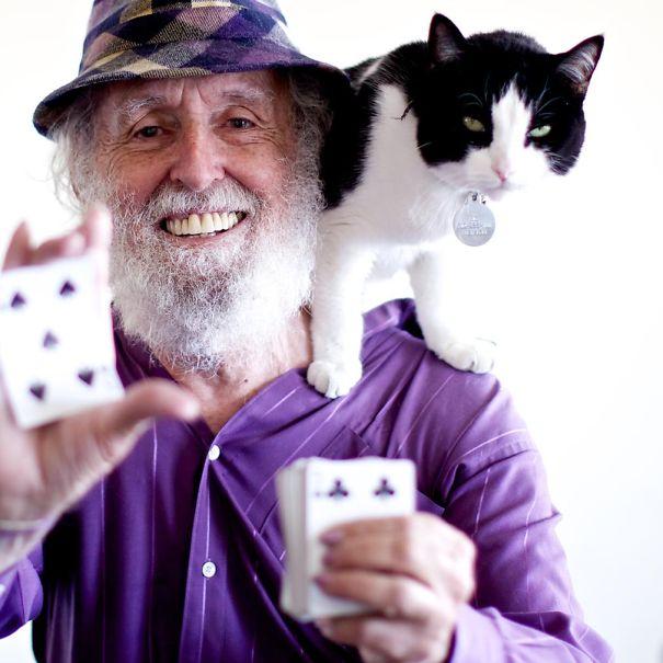 Ancien multimillionnaire, Paul Fegen, 78 ans, a refait sa vie en montrant des tours de cartes